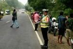 KISAH MISTERI : Peti Mati Misterius di Tepi Jl. Raya Solo-Ngawi Bikin Heboh Warga