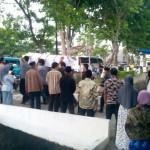 Para pelayat mengantarkan jenazah Tugiman Siswo Prayitno, 55, ke permakaman umum desa setempat, Selasa (19/1/2016). (Rudi Hartono/JIBI/Solopos)