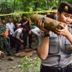 Polisi memindahkan mortir yang ditemukan terkubur di Desa Kedungpanji, Lembeyan, Magetan, Senin (25/1/2016). (JIBI/Solopos/Antara/Siswowidodo)