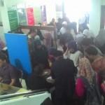 Ratusan orang antre melakukan pendaftaran calon mahasiswa baru UMS di gedung Admisi ODS UMS, Sabtu (2/1/2015). (Eni Widiastuti/JIBI/Solopos)