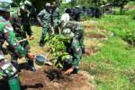 Sejumlah tentara anggota Kodim 0803/Madiun menanam bibit pohon di kawasan Gunung Kendil, Kabupaten Madiun, Jawa Timur, Selasa (12/1/2016). (JIBI/Solopos/Antara/Siswowidodo)