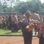 Seorang peserta Pesta Siaga Kwaran Ranting 01, Wonogiri, dibopong pembinanya karena pingsan saat mengikuti upacara pembukaan di Stadion Pringgodani, Wonokarto, Wonogiri, Sabtu (30/1/2016). (Trianto Hery Suryono/JIBI/Solopos)