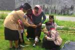 Para mahasiswa Pendidikan Guru Sekolah Dasar (PGSD) IKIP PGRI Wates berlatih memberikan pertolongan pertama pada korban bencana alam di halaman kampusnya, Sabtu (30/1/2016) kemarin. (Rima Sekarani I.N/JIBI/Harian Jogja)