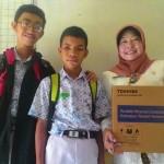 Siswa SMP Negeri (SMPN) 20 Solo, Markus Andrea Eri Praditya (tengah), menunjukkan hadiah laptop yang diterimanya dari Gubernur Jawa Tengah, Ganjar Pranowo, Jumat (29/1/2016). (JIBI/Solopos/Septhia Ryanthie)