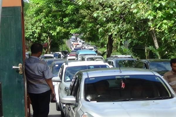 Kemacetan sepanjang sekitar satu setengah kilometer di pintu masuk utama TPR Baron, Jumat (1/1) siang. Kemacetan berhasil diurai pada sore harinya. (Uli Febriarni/JIBI/Harian Jogja)