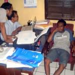 Tersangka Budi Santoso alias Ambon diperiksa penyidik Polres Sragen setelah kedapatan memiliki dua plastik SS. (Tri Rahayu/JIBI/Solopos)