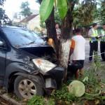 Mobil Toyota Avanza berpelat nomor B 1762 VFA yang ditumpangi enam orang ringsek menabrak pohon di jalan raya Sragen-Ngawi tepatnya di Dukuh Benersari RT 027/RW 001, Desa Bener, Kecamatan Ngrampal, Sragen, Minggu (7/2/2016). (Tri Rahayu/JIBI/Solopos)