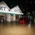 Warga mengamankan sepeda motor miliknya di garasi yang tergenang banjir luapan saluran drainase di Kampung Dompilan, Sidorejo, Bendosari, Sukoharjo, Rabu (10/2/2016). Warga menyayangkan setelah pengerjaan proyek citywalk di atas saluran drainase Jl. Jendral Sudirman air sering meluap saat turun  hujan. Banjir di kawasan tersebut mengakibatkan aktivitas perekonomian dan lalu lintas lumpuh. (Ivanovich Aldino/JIBI/Solopos)