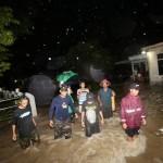 Warga berpatroli bersama keliling kawasan pemukiman yang tergenang banjir luapan saluran drainase di Kampung Dompilan, Sidorejo, Bendosari, Sukoharjo, Rabu (10/2/2016). Warga menyayangkan setelah pengerjaan proyek citywalk di atas saluran drainase Jl. Jendral Sudirman air sering meluap saat turun  hujan. Banjir di kawasan tersebut mengakibatkan aktivitas perekonomian dan lalu lintas lumpuh. (Ivanovich Aldino/JIBI/Solopos)