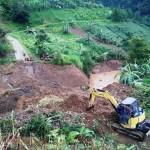 Ekskavator disiagakan di lokasi longsor di Desa Beruk, Jatiyoso, Karanganyar. (Sri Sumi Handayani/JIBI/Solopos)