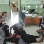 Salah seorang siswa SMAN 1 Jatinom yang kesurupan tengah ditangani. (Ponco Suseno/JIBI/Solopos)