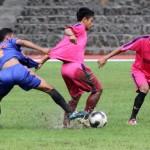 Dua pemain Persis Muda  (pink) menahan serangan pemain Sragen Selection (biru) dalam laga uji coba di stadion Sriwedari, Solo, Jumat (12/2). (JIBI/Solopos/ Sunaryo Haryo Bayu)