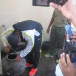 Bupati Wonogiri, Joko Sutopo, mengecek jentik nyamuk di bak air milik Ny Kiman, 72, warga Lingkungan Wonokarto RT 004/RW 002, Kelurahan Wonokarto, Kecamatan/Kabupaten Wonogiri usai pencanangan Gerakan Serentak (Gertak) Pemberantasan Sarang Nyamuk (PSN), Jumat (19/2/2016). (Trianto Hery Suryono/JIBI/Solopos)
