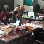 Tersangka dugaan korupsi dana PNPM, Puji Lestari, 31 (paling kiri), dan Kades Jeruk, Kecamatan Selo, Juminem (dua dari kiri), didampingi kuasa hukum saat pelimpahan tahap II di Kejaksaan Negeri (Kejari) Boyolali, Kamis (11/2/2016). (Hijriyah Al Wakhidah/JIBI/Solopos)