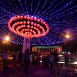 Lampion khas Tiongkok dan lampu terlihat hidup untuk menghiasi saat malam hari di kawasan Pasar Gede, Solo, Rabu (27/1/2016). Pemasangan lampion dan lampu hias tesebut untuk menyambut dan memeriahkan Tahun Baru Imlek 2016. (Ivanovich Aldino/JIBI/Solopos)