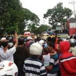 Foto kerumunan warga di area kejatuhan pesawat latih TNI-AU di Malang, Rabu (10/2/2016). (Twitter.com/@didywibowo)