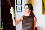 Ilustrasi seorang perempuan menyemprotkan penyegar udara di rumah (Mirror)
