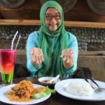 Pemilik Ayam Kluntung Resto & Coffee, Ririn Himawan, menunjukkan menu ayam kluntung di resto setempat, Rabu (24/2/2016). (Shoqib Angriawan/JIBI/Solopos)