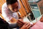 Perawat melayani pasien anak penderita demam berdarah dengue (DBD) di ruang Instalasi Rawat Inap Anak (IRNA) RSUD dr. Iskak, Tulungagung, Jawa Tmur, Jumat (15/1/2016). (JIBI/Solopos/Antara/Destyan H. Sujarwoko)