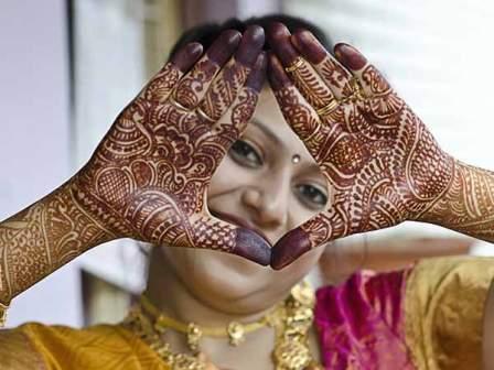Ilustrasi wanita menggunakan henna (Boldsky.com)