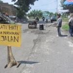 Pekerja memperbaiki kerusakan jalan antara Ngemplak-Mayang, Kartasura, Sukoharjo, Senin (22/2/2016). (Iskandar/JIBI/Solopos)