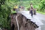 JEMBATAN MAGETAN AMBROL : Sayap Jembatan Runtuh, Jalur Penghubung Desa 3 Kecamatan Terputus