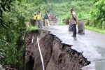 Jembatan antardesa di Desa Bulu, Kecamatan Sukomoro, Magetan, Jawa Timur, ambrol akibat hujan deras yang mengguyur kawasan setempat selama beberapa hari terakhir. (JIBI/Solopos/Antara)