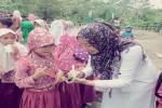 "KELAS INSPIRASI : Berbagi Inspirasi Untuk Menggapai Mimpi Kelas Inspirasi di DIY digelar serentak di empat kabupaten dan satu kotamadya. Harianjogja.com, GUNUNGKIDUL--Sebanyak 14 tenaga relawan yang terbagi dalam sembilan relawan pengajar, tiga relawan dokumentator, serta dua fasilitator Kelas Inspirasi Yogyakarta (KIY) berbagi inspirasi kepada 85 pelajar MI Muhammadiyah Macan Mati, Dusun Macan mati, Desa Girimulyo, Kecamatan Panggang, Kabupaten Gunungkidul, Sabtu (6/2/2016). Kepala Sekolah MI Muhammadiyah Macan Mati, Asrorudin, mengamini program KIY akan berdampak positif bagi mental anak-anak didiknya. Dengan memperkenalkan berbagai macam profesi, ia berharap akan memotivasi anak-anak didiknya agar membuat kejelasan cita-cita. ""Untuk mencapai cita-cita tersebut pastinya dibutuhkan kerja keras dan dapat termotivasi untuk semakin rajin beribadah dan belajar. Dengan berbagai profesi yang dikenalkan mudah-mudahan dapat menginspirasi anak-anak,"" katanya. Asrorudin pun mengungkapkan semangat belajar murid MI Muhammadiyah Macan Mati sebenarnya sangatlah tinggi. Namun faktor lingkungan masih berpengaruh seperti kurangnya perhatian dari orang tua dan keluarga membuat anak lebih sering bermain setelah pulang sekolah karena lepas dari kendali orangtua. Salah seorang relawan pengajar, Rista Arum yang berprofesi sebagi perawat, mengaku antara relawan pengajar dan para pelajar justru saling menginspirasi. Semangat para pelajar yang tak terbendung membuat para relawan pengajar justru berbalik terinspirasi. ""Pada awalnya saya ingin menginspirasi. Selama ini hanya berinteraksi dengan pasien atau orang dewasa saja, jarang dengan anak SD. Setelah saya menularkan inspirasi, mereka semangat luar biasa untuk menjadi perawat. Saya jadi bertambah bersemangat untuk meningkatkan kualitas profesi saya,"" katanya. Dengan mengusung tema Negeri Serba Ada, sembilan tenaga profesional mengabdikan diri mereka selama satu hari untuk membagikan pengetahuan mengenai macam-macam profesi kepada siswa-s"