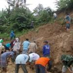 Warga dan sukarelawan bekerja bakti menyingkirkan longsoran tanah di Dusun Sodong, Tengklik, Tawangmangu, Karanganyar, Senin (8/2/2016) pagi. (Kurniawan/JIBI/Solopos)