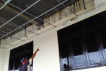 Seorang warga menunjukkan kerusakan plafon pada bangunan lantai satu sisi barat di Stadion Cangkring, Wates, Kulonprogo, Kamis (4/2/2016). (Rima Sekarani I.N./JIBI/Harian Jogja)