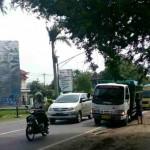 Polisi menghentikan laju truk tambang pengangkut tanah uruk yang melintasi Jl. Raya Sukowati, Senin (1/2/2016). (M Khodiq Duhri/JIBI/Solopos)