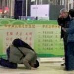 Zhang Jinli meminta maaf kepada orang tuanya dengan bersujud di hadapan mereka (Daily Mail)