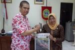 Bupati Gunungkidul Badingah bersalaman dengan Wakil Pemimpin Perusahaan PT Aksara Dinamika Jogja Lahyanto Nadie. (Istimewa)