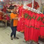 Pegawai toko di kompleks Pusat Grosir Solo (PGS), Solo, menata pakaian bernuansa Imlek yang dijualnya, beberapa waktu lalu. (Iskandar/JIBI/Solopos)