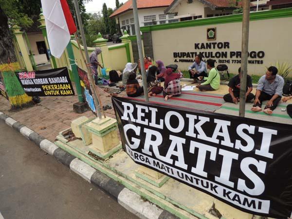 Warga terdampak pro bandara menggelar aksi damai untuk menuntut relokasi gratis di Setda Pemkab Kulonprogo sejak Senin (22/2/2016) lalu. (Sekar Langit Nariswari/JIBI/Harian Jogja)