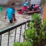 Warga Kaliwingko Desa Madegondo Kecamatan Grogol Sukoharjo dievakuasi menggunakan perahu saat banjir melanda kawasan tersebut, Kamis (11/2/2016) pagi. (Istimewa/ilustrasi)