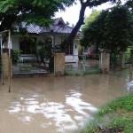 Air menggenangi pelataran rumah warga di Kampung Putat, Kelurahan Sewu, Kecamatan, Jebres, Solo, Sabtu (6/2/2016). (Istimewa)