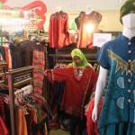 Karyawati merapikan pakaian batik yang ditawarkan salah satu tenant dalam pameran Usaha Mikro Kecil dan Menengah (UMKM) yang digelar di Solo Paragon Lifestyle Mall, Minggu (14/2/2016). (Shoqib Angriawan/JIBI/Solopos)