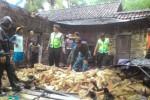 Warga dan polisi mencermati rumah warga yang roboh diterjang puting beliung di Trenggalek. (tribatanewsjatim.com)