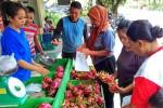 Sejumlah warga membeli buah naga di kios milik Kelompok Tani Kusuma Wanadri di Dusun Bebekan, Desa Glagah, Kecamatan Temon, Kulonprogo, Senin (1/2/2016). (Rima Sekarani I.N/JIBI/Harian Jogja)