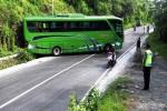 Kondisi bus pariwisata yang mengalami kecelakaan tunggal di ruas jalan provinsi di Desa Sambirejo, Kecamatan Ngawen. Senin (8/2/2016). (David Kurniawan/JIBI/Harian Jogja)