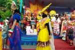 Siswa SMKN 4 Madiun memperagakan berbagai busana bertema kostum karnaval di Car Free Day (CFD) Madiun, Minggu (28/2/2016). (Abdul Jalil/JIBI/Madiunpos.com)