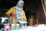 Dwi Martuti Rahayu, 31, sedang mengolah cokelat putih yang dicampur serbuk pegagan sebagai salah satu inovasi produk Kelompok Wanita Tani (KWT) Pawon Gendhis di Dusun Salakmalang, Desa Banjarharjo, Kecamatan Kalibawang, Kabupaten Kulonprogo, pada Kamis (11/2/2016). (Sekar Langit Nariswari/JIBI/ Harian Jogja)