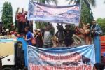 Demo pekerja pertambangan Ponorogo di depan Gedung DPRD Ponorogo, Senin (1/2/2016). (Facebook.com-Semua tentang Ponorogo)