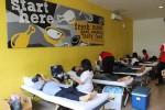 DONOR DARAH : Ajak Anak Muda, Donor Darah Waroeng Group Dihibur Band dan Dapat Voucher Makan
