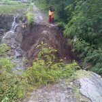 Jalan yang menghubungkan Desa Senden dengan Desa Ngawen, Kecamatan Ngawen, Klaten, terputus lantaran tanah terkikis hujan, Selasa (4/2/2016). (Taufiq Sidik Prakoso/JIBI/Solopos)