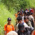 Para sukarelawan, polisi, dan warga, membuat jalur darurat di lereng bukit, untuk membuka akses menuju dan dari Dusun Pengkok dan Pondok, Beruk, Jatiyoso, Minggu (14/2/2016). (Kurniawan/JIBI/Solopos)