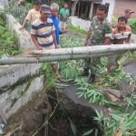 Warga dan anggota Koramil Trucuk mengamati Jembatan Karangri di Desa Puluhan, Trucuk yang ambrol, Rabu (3/2/2016). Selain di Kecamatan Trucuk, jembatan ambrol juga terjadi di Kecamatan Wedi. (Ponco Suseno/JIBI/Solopos)