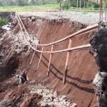 Pekerja menggalitanah yang menutup gorong-gorong di jembatan UNB Boyolali, Senin (8/2/2016). Jembatan UNB ambrol pada Minggu (7/2/2016) sore. (Hijriyah Al Wakhidah/JIBI/Solopos)