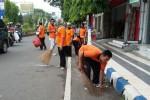 HARI PEDULI SAMPAH : 130 Pegawai Pos Bersihkan di CFD Madiun